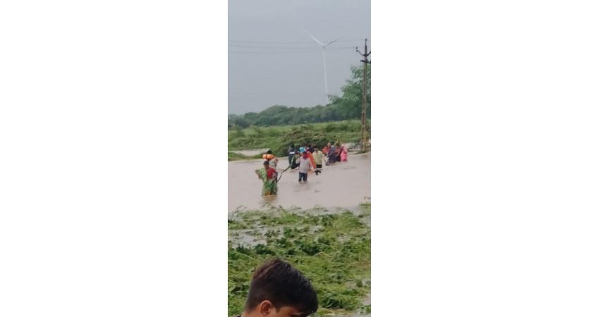 ગોંડલના ડૈયા ગામના સીમ વિસ્તારમાં પાણીમાં ફસાયેલા ૧૮ લોકોનું રેસ્ક્યુ કરાયું