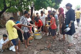 જામનગરમાં પૂરગ્રસ્ત વિસ્તારોમાં ભોજન સેવા કરતુ લાલ ટ્રસ્ટ