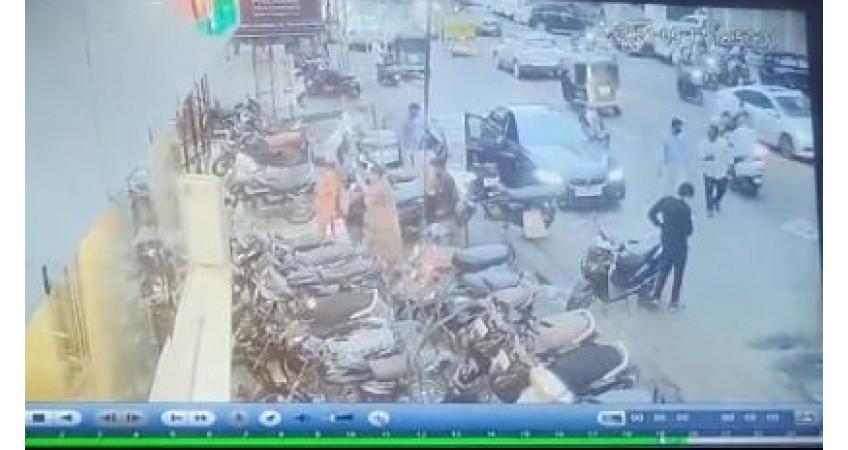 રાજકોટઃ યાજ્ઞિક રોડ પર ઇમ્પીરિયલ હોટલ સામે બીએમડબલ્યુ કારમાંથી 4 લાખની લૂંટ કરી ત્રણ શખ્સો ફરાર